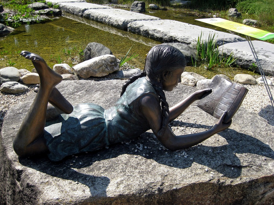 jente-leser-statue